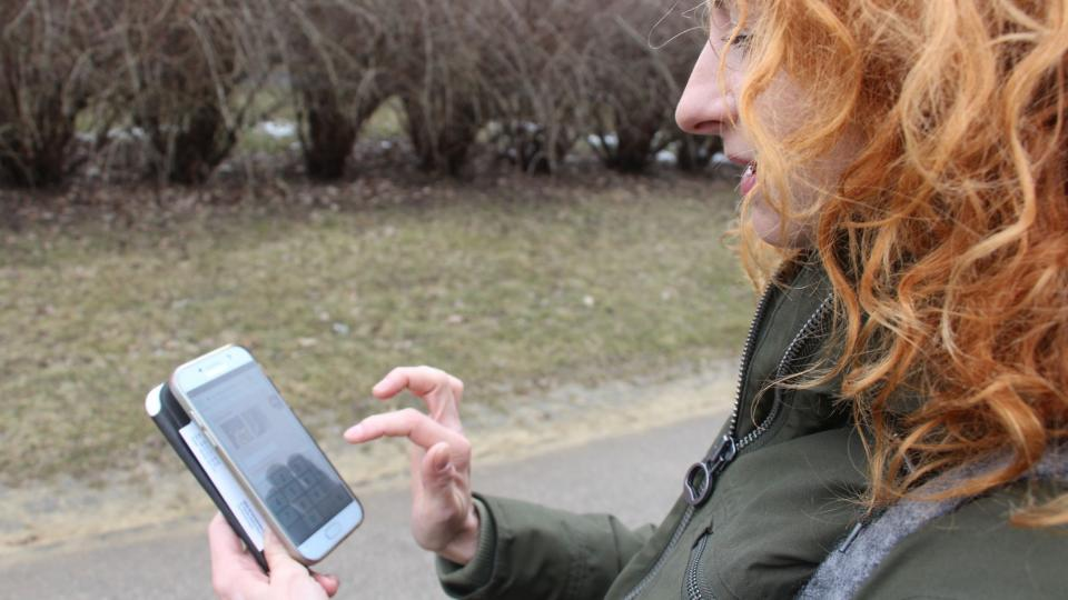 Monika Klimowiczová předvádí, jak může každý s pomocí chytrého telefonu přispět k mapování varšavských vrabců