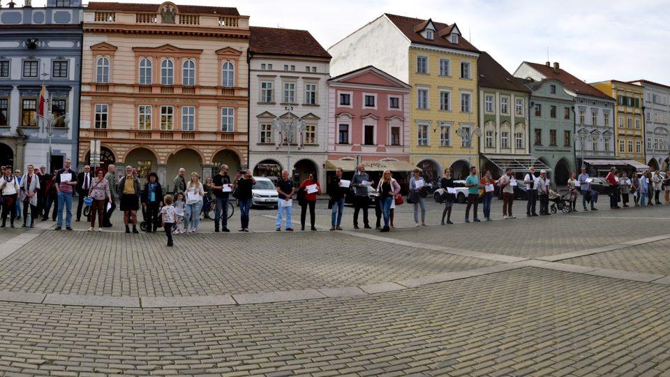 V Českých Budějovicích se uskutečnila pieta za oběti koncentračního tábora Lety u Písku. Účastníci vytvořili řetěž kolem náměstí