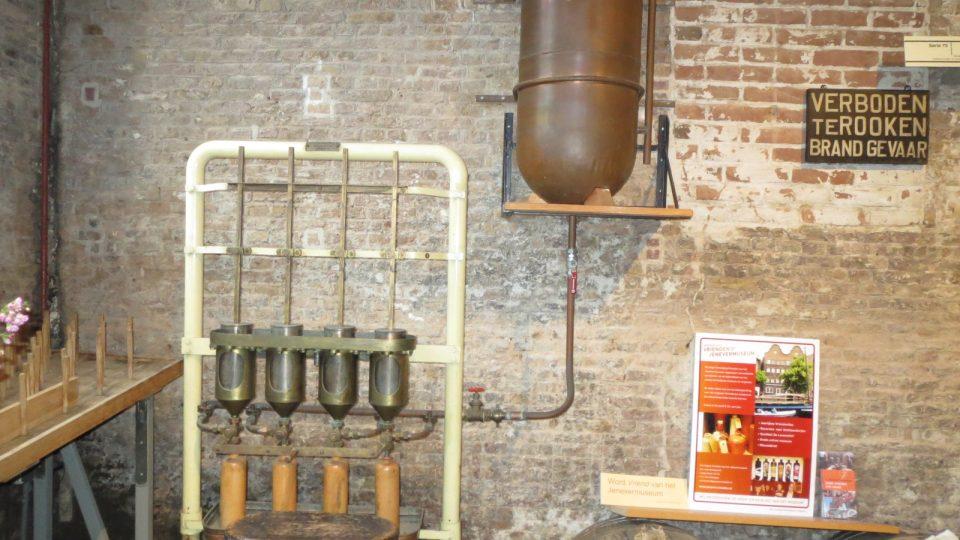 Historická plnička lahví v muzeu jeneveru