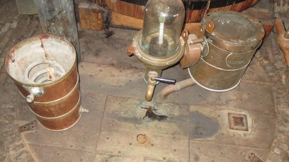 Sladové víno putuje do nádrží umístěných pod podlahou
