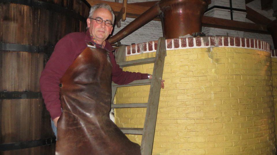 Dědeček Petera Muldera míval palírnu, proto se Peter rozhodl po odchodu do důchodu v muzeu vypomáhat