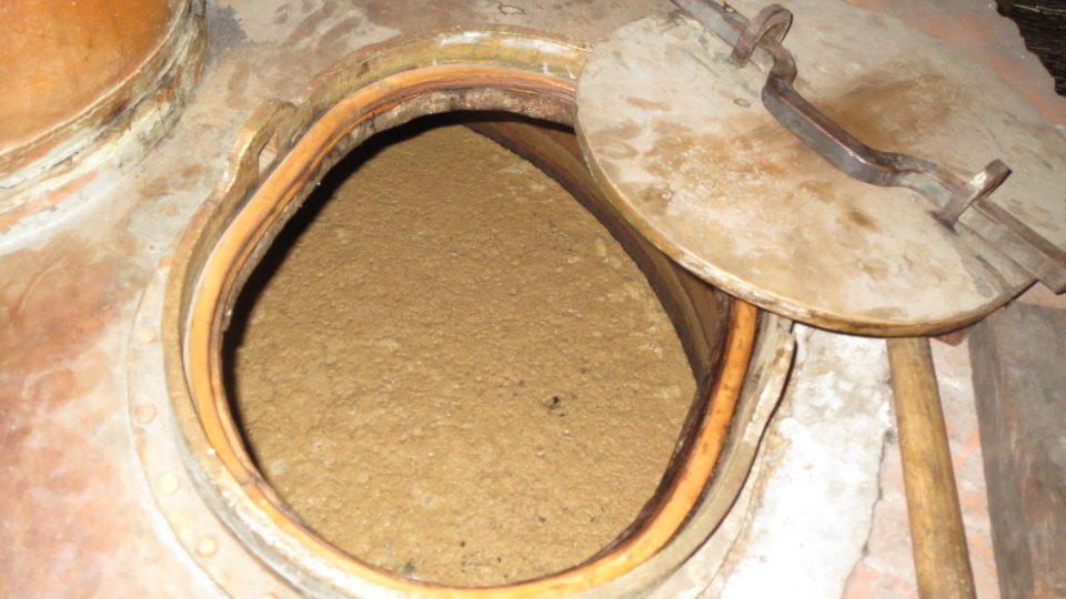 V destilační nádobě pozvolna probublává přes 200 litrů tekutiny