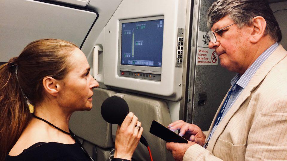 Lucie Výborná při natáčení rozhovoru s pilotem Milošem Kvapilem
