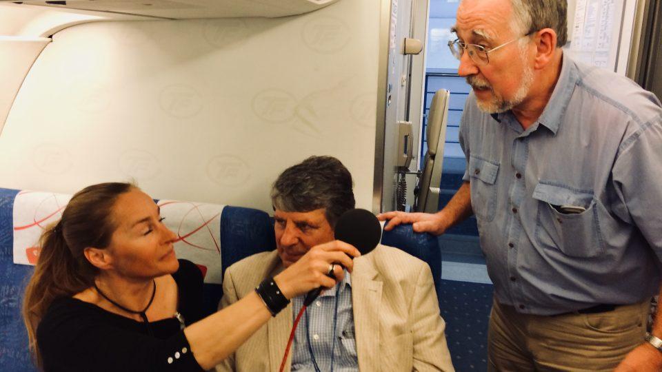 Lucie Výborná při natáčení rozhovoru v letadle