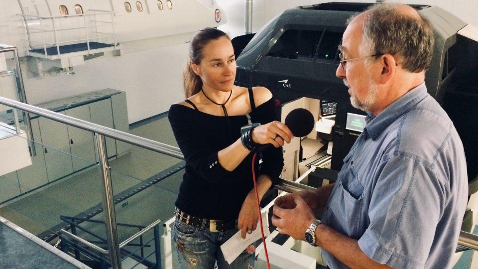 Lucie Výborná při natáčení rozhovoru ve výcvikovém středisku Czech Aviation Training Center
