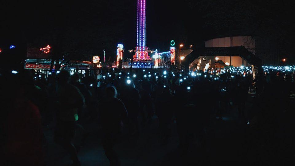 V devět hodin večer vyrazili na trať v pražské Stromovce tisíce běžců s čelovkami