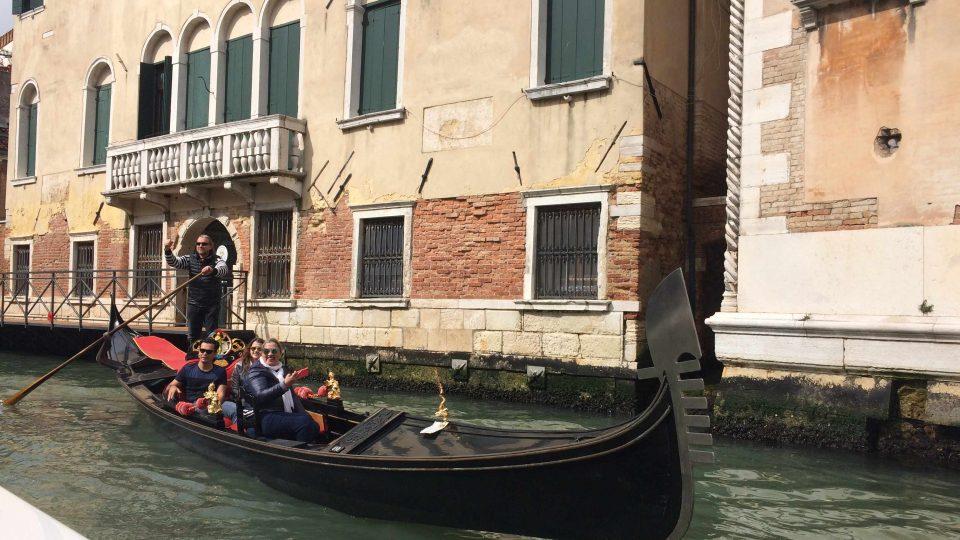 Gondoly brázdí kanály v Benátkách už od 8. století