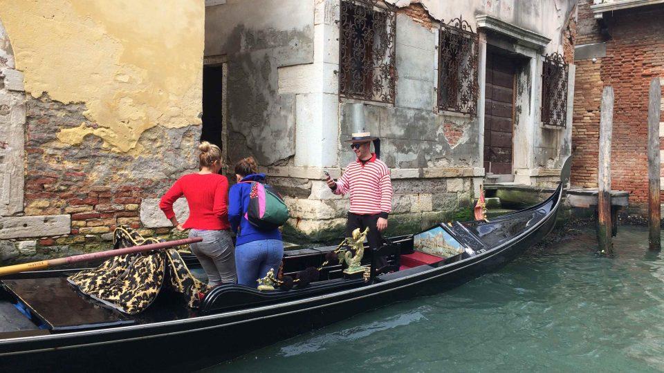 Jízda gondolou patří mezi největší turistické atrakce Benátek