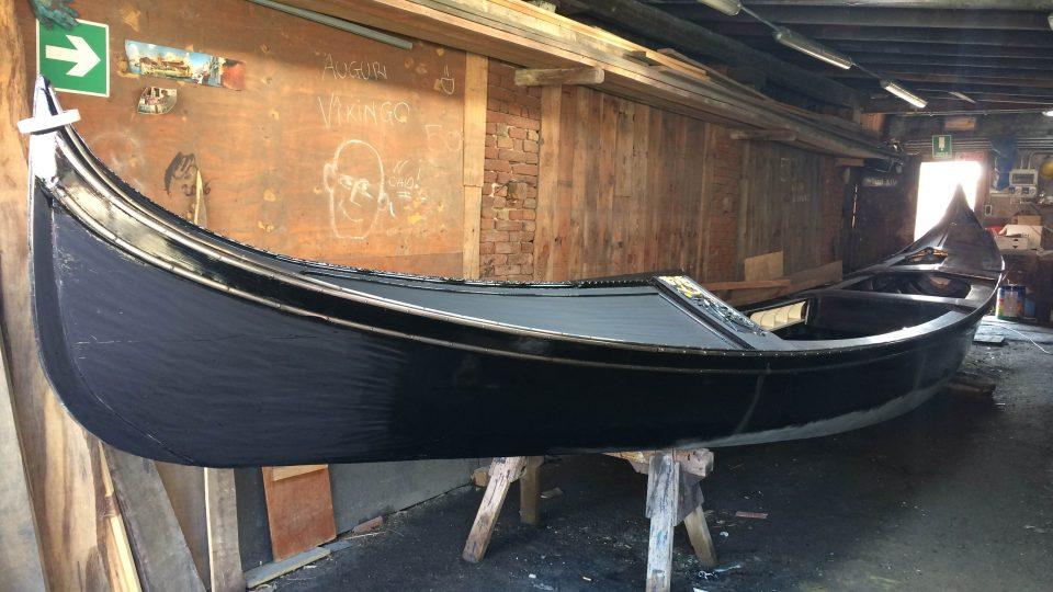 Gondola je postavena přibližně z 280 kusů a sedmi různých druhů dřeva