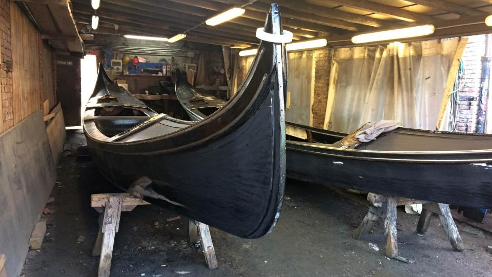 V loděnici ve čtvrti Dorsoduro se gondoly vyrábějí po staletí