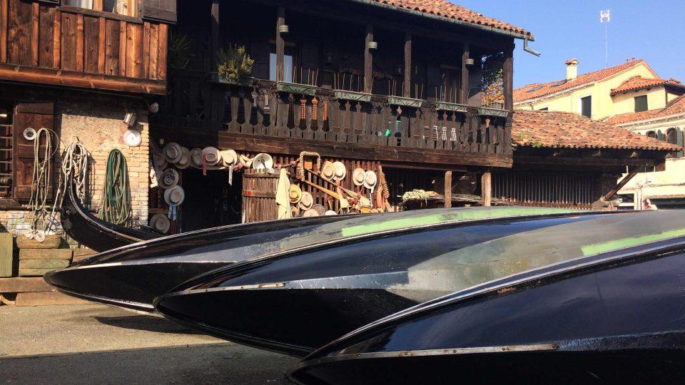 Historická loděnice za kostelíkem San Trovaso v benátské čtvrti Dorsoduro