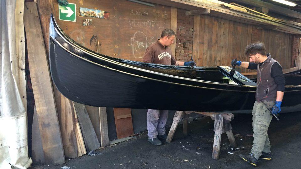 Diego s kolegou natírají dokončenou gondolu na černo
