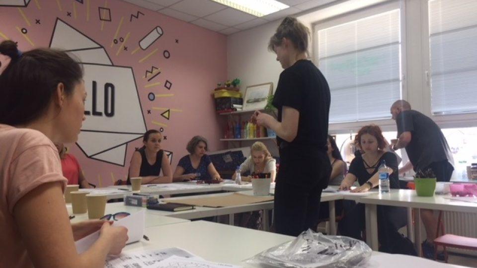 Lektorka Anastasie Vrublevská během výkladu. Zájem o techniky krásného psaní mezi lidmi roste