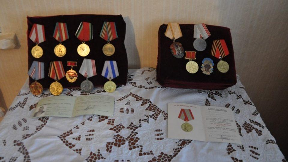 Válečná vyznamenání v muzeu české komunity, které si v Bratském zřídili teprve před dvěma lety