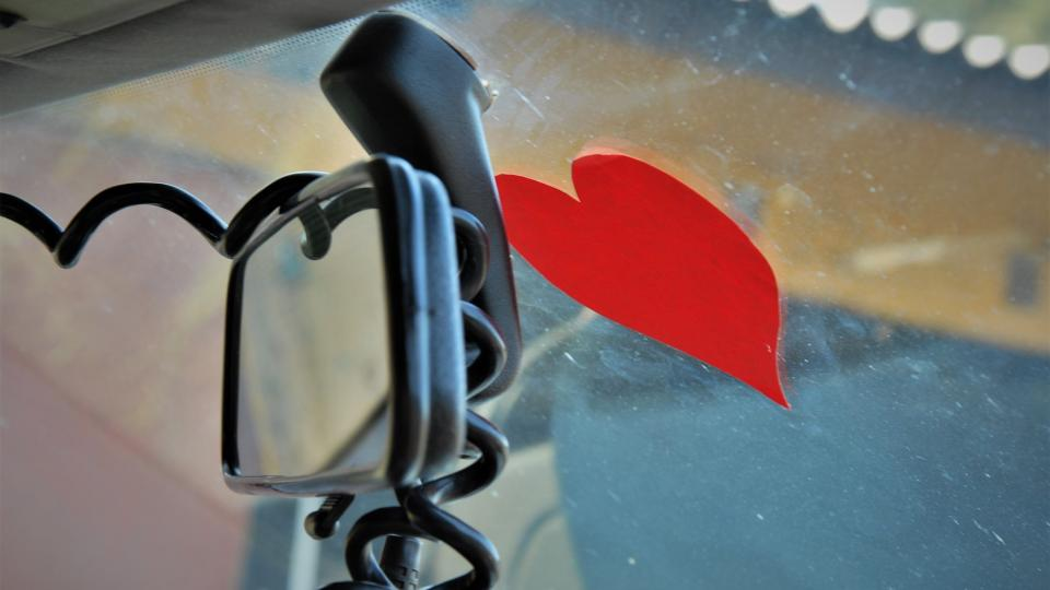 Červené srdce na předním skle není jen tak ledajaké. Václav Havel pověřil kostýmního výtvarníka Theodora Pištěka, aby ho vystřihl a nalepil na horní část předního skla.
