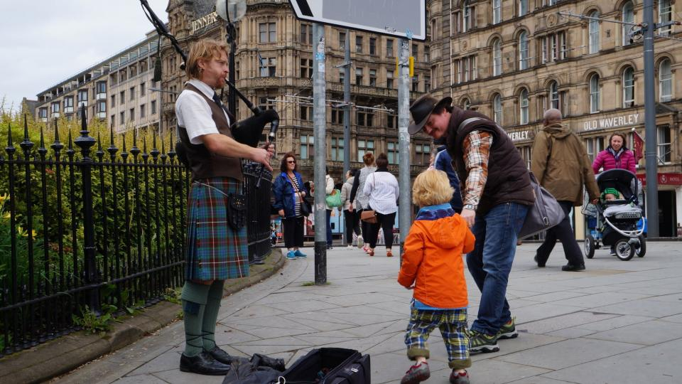 Jednou z turistických atrakcí centra skotského Edinburghu jsou také pouliční dudáci