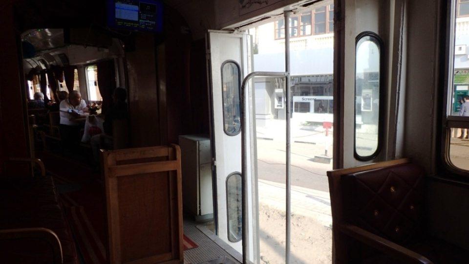Skládací dveře jsou otevřené a v tramvaji to příjemně profukuje