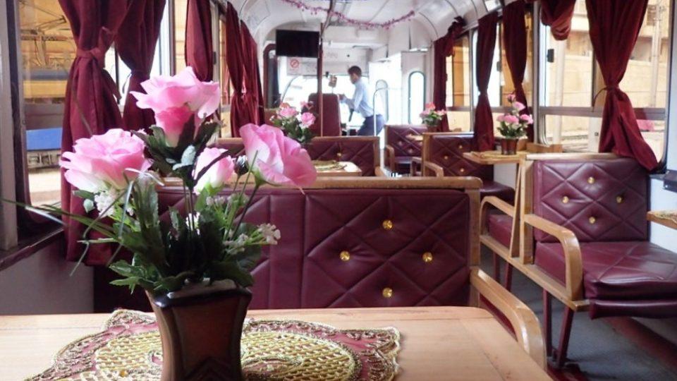Interiér tramvaje působí na první pohled luxusním dojmem