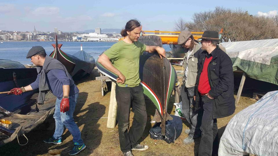 Členové klubu připravují loď na novou plavební sezónu
