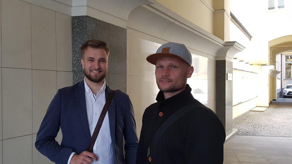Za nápadem zkusit provozovat v centru Prahy čínské elektromobily stojí Pavel Kruchta a Martin Matoušek