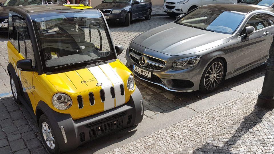Devizou elektromobilu z projektu Re.volt je bezplatné parkování v modré a fialové zóně.