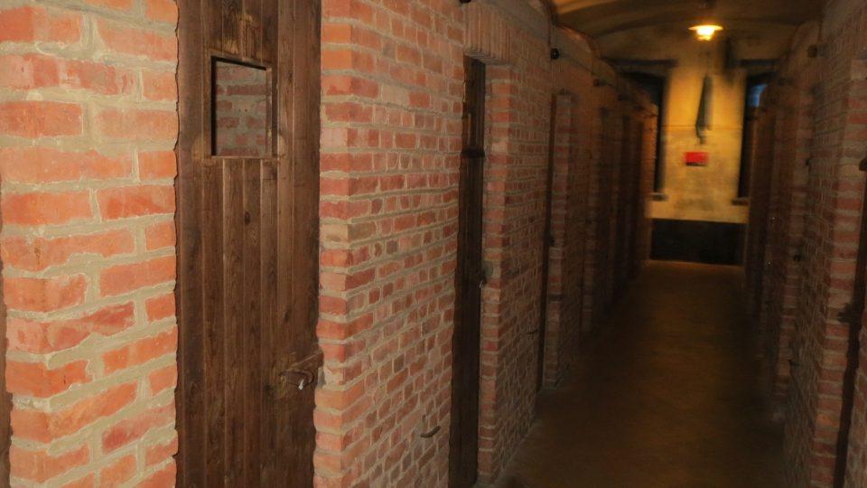 V miniaturních celách vězni čekali na výslech.
