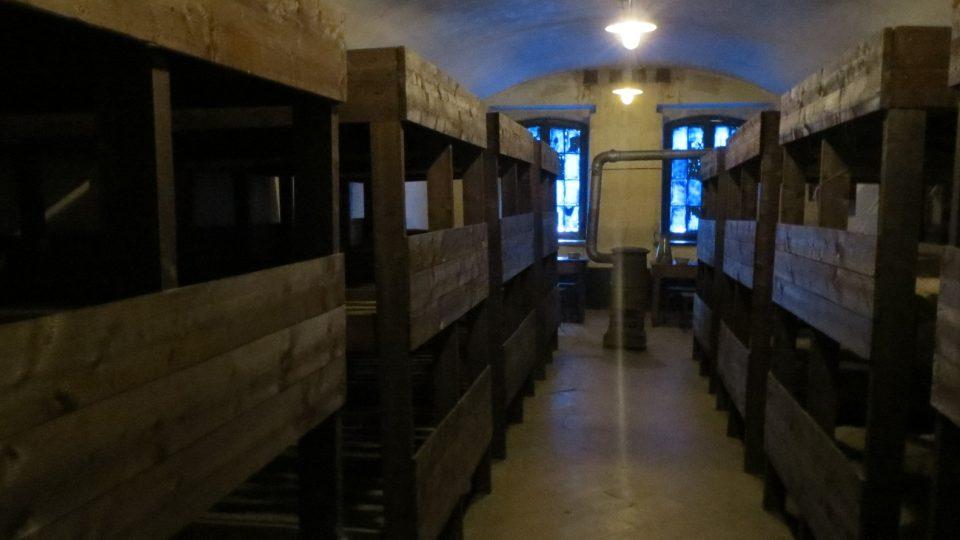 Vězni žlli po desítkách namačkaní v celách s palandami a s jedněmi kamny