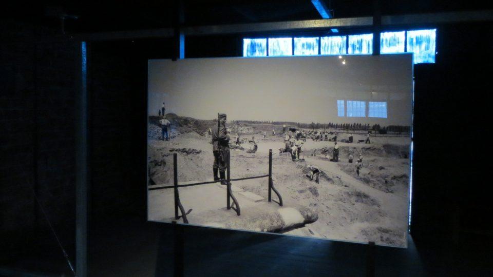 Vězni museli odkopávat hlínu, kterou byla pevnost kvůli maskování pokryta