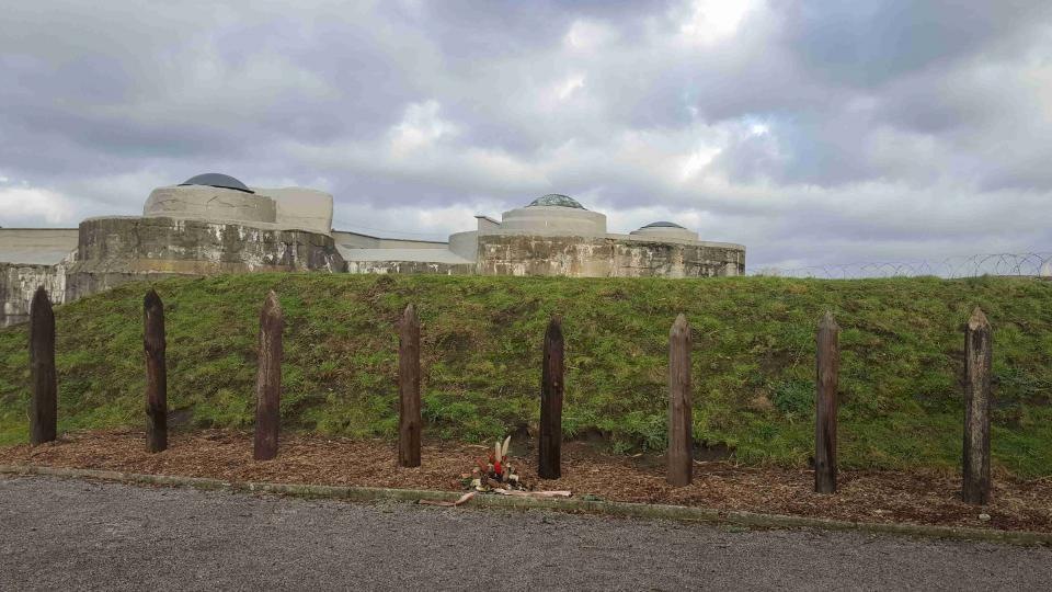Na tři stovky vězňů přišly o život na popravišti tvořeném několika kůly a šibenicí