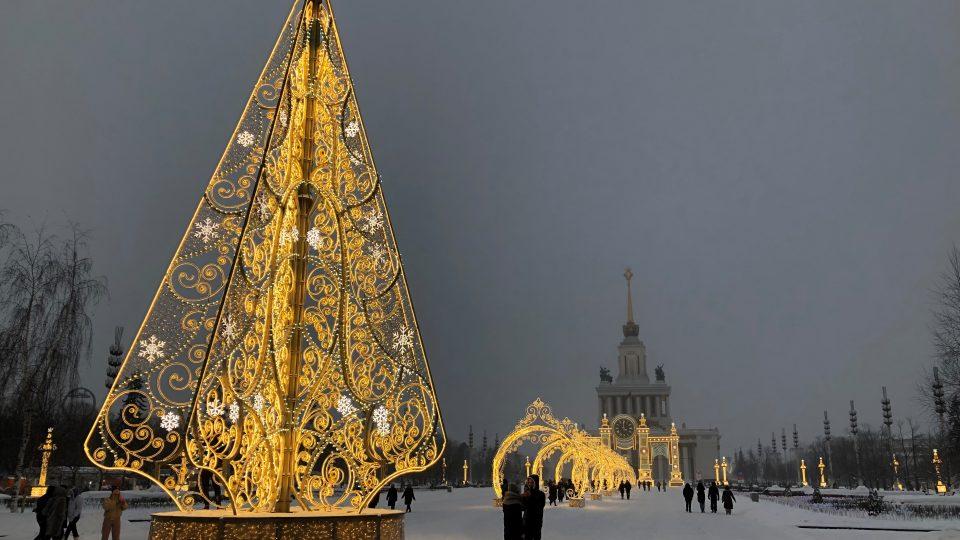 Možnost obdivovat všechnu tu krásu okolo, zatímco si bruslíš po různých cestičkách, radují se Moskvané z velkolepého kluziště