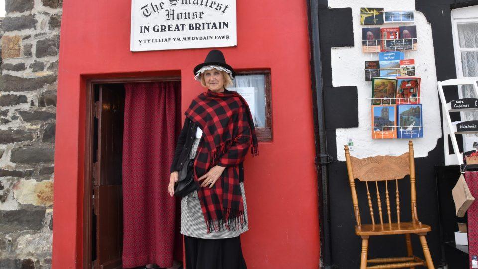 U nejmenšího domku Británie vítá návštěvníky průvodkyně Ann
