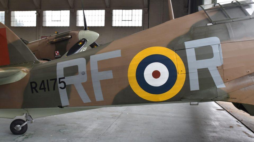 Velká písmena RF-R označují 303. stíhací letku, pro niž létal i pilot Josef František
