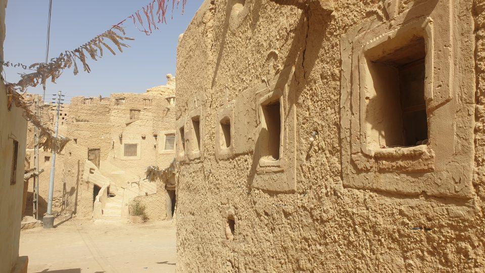 Karšíf je směs kamenné soli s hlínou. Zeď z něj je nesmírně tvrdá. Sůl se těží ze dvou obrovských solných jezer kolem Síwy