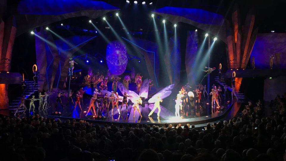 Bez laserů, projekcí, světel, velkolepých kostýmů a akrobatů se moderní velkolepá show neobejde