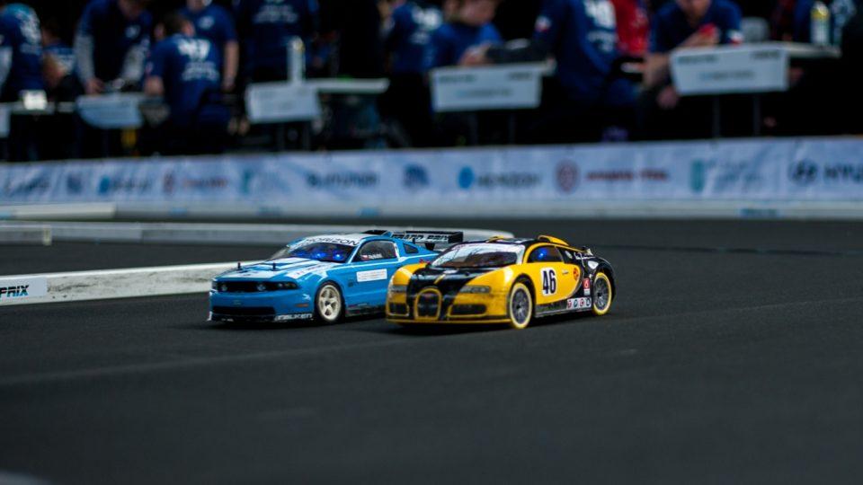 Souboj autíček na závodní trati Horizon Grand Prix