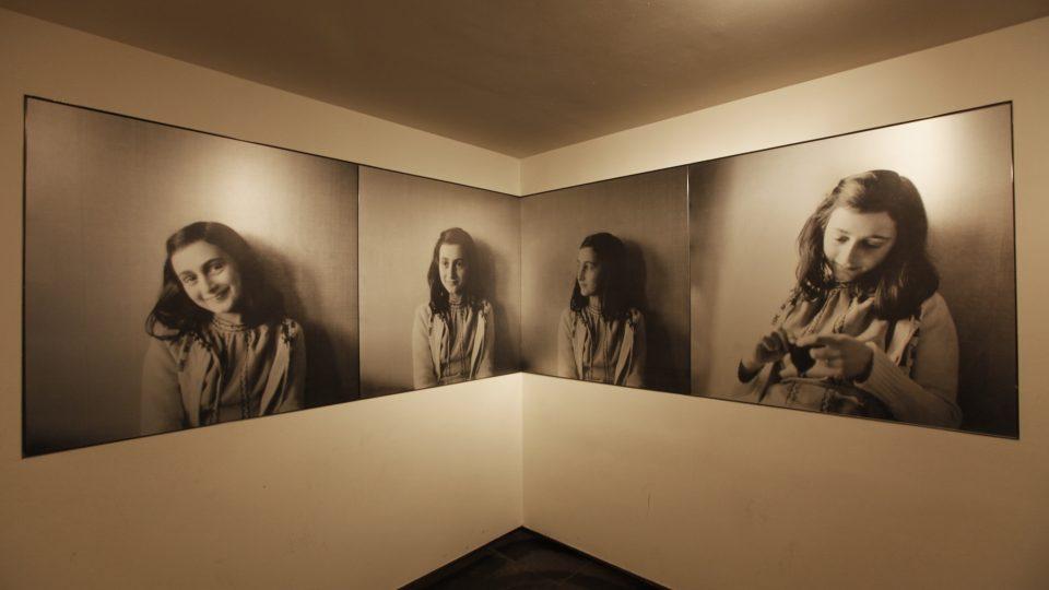 Vstupní místnost zdobí portréty Anny Frankové