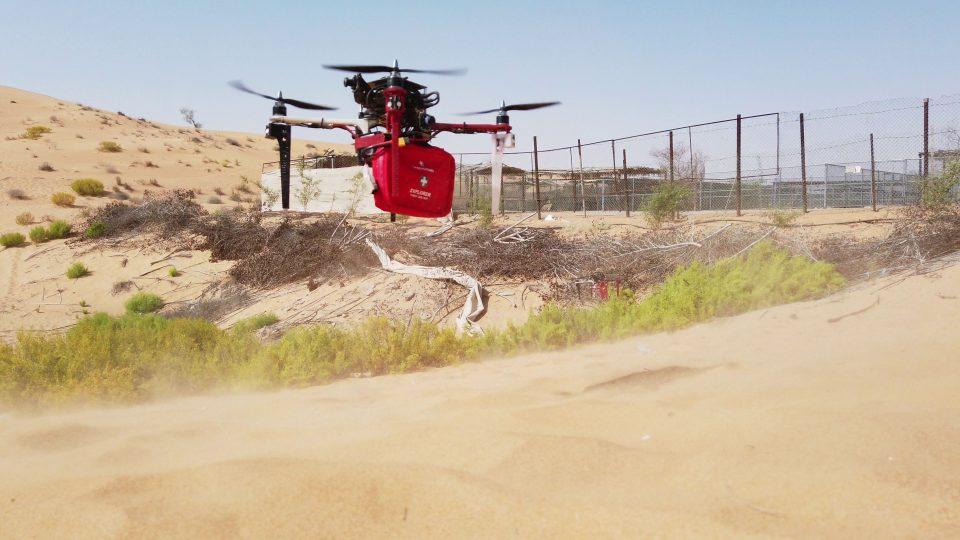 Nedávno experti ze skupiny multirobotických systémů testovali drony na poušti ve Spojených arabských emirátech. Cílem bylo vyhledat osoby v nouzi, přistát a předat jim balíček první pomoci