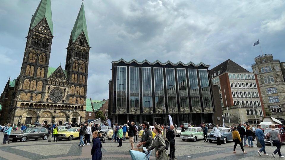 Přehlídka krásných historických vozů v centru Brém