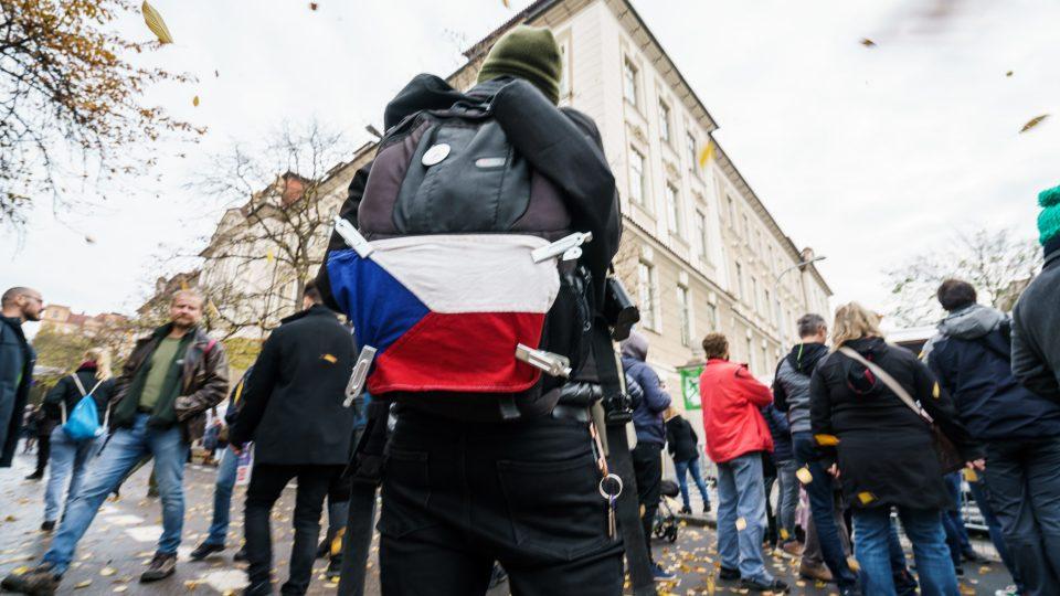 Lidé si 17. listopadu vlajkou vyzdobili i batohy