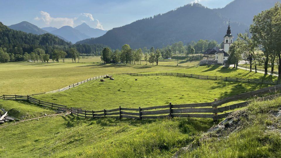 Farma leží přímo pod horami, které nabízejí spoustu příležitostí ke kratším i delším výletům či feratám