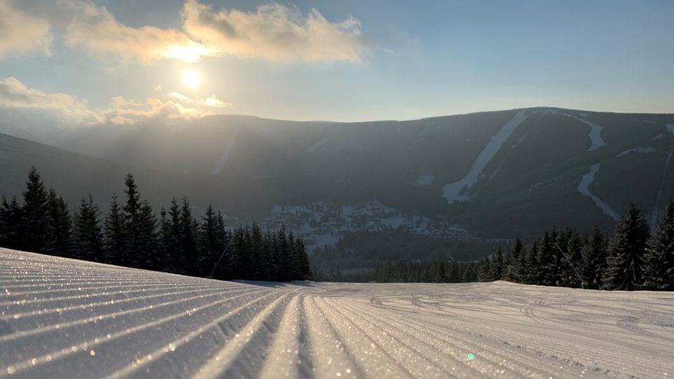 Ráno na svahu ve skiareálu Špindlerův Mlýn