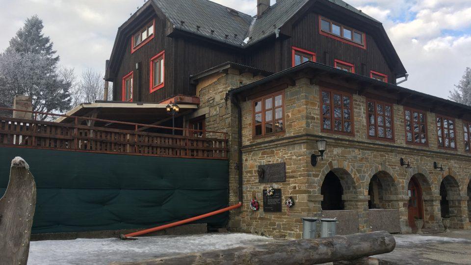 Turistická chata v Bílých Karpatech stojí pod vrchem Velká Javořina v nadmořské výšce těsně pod tisíc metrů