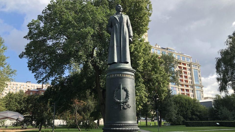 Autorem sochy Felixe Dzeržinského je proslulý sovětský sochař Jevgenij Vučetič. K jeho dalším známým dílům patří například monumentální sousoší Matka Vlast volá ve Volgogradu