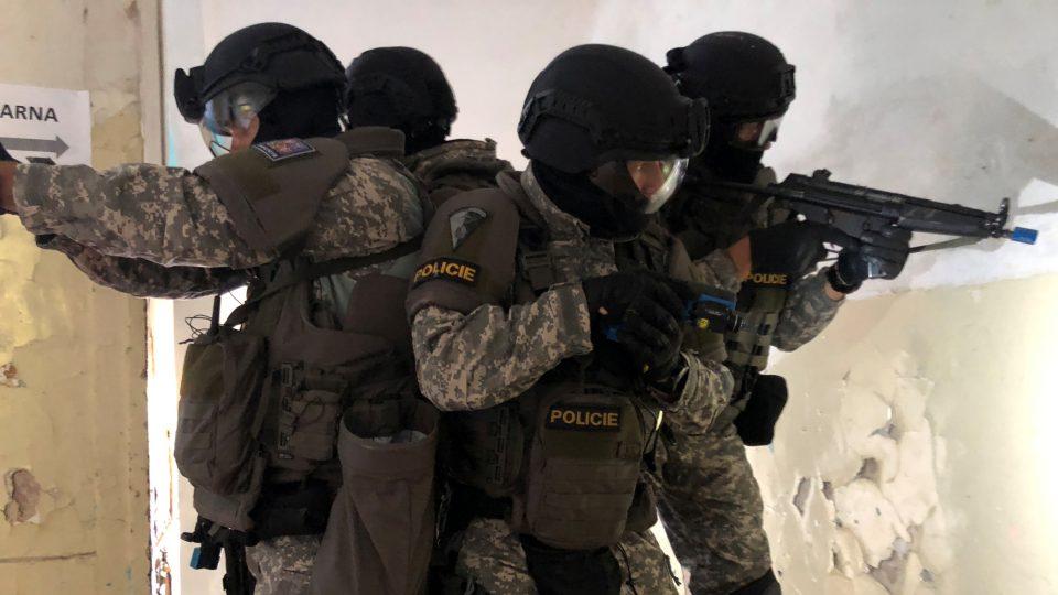 Díky tréninku se na sebe policisté můžou stoprocentně spolehnout a navzájem si kryjí záda