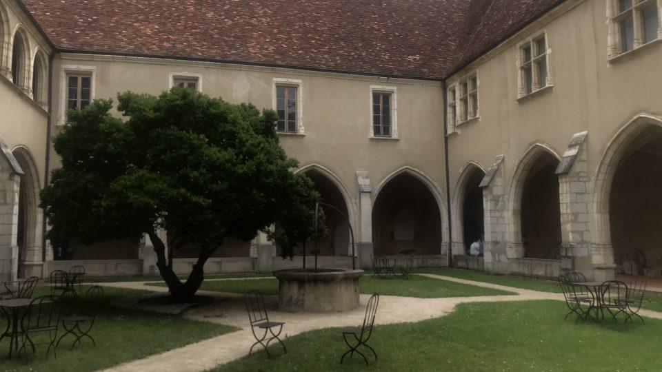 Rozsáhlá stavba je složená ze tří jednotlivých klášterů, které stojí ve dvou úrovních