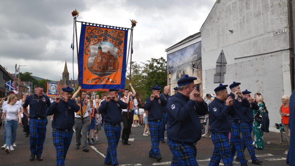Severní Irsko má za sebou svátek zvaný Twelve, který připadá vždy na 12. července. Tradičními pochody si protestanté připomínají vítězství Viléma Oranžského nad katolickým králem Jakubem II.