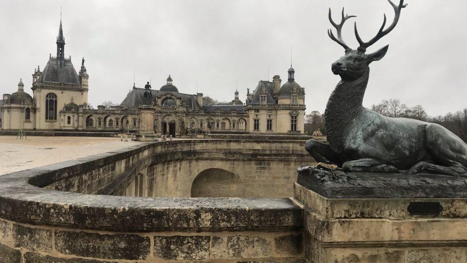 Zámek v Chantilly pochází z dvanáctého století. O fous známější zámek ve Versailles je o pět set let mladší
