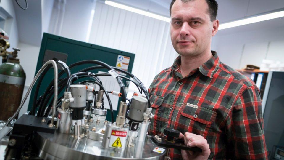 Profesor Tomáš Polcar vede na elektrotechnické fakultě ČVUT tým vědců, kteří se vývojem superpovlaků zabývají