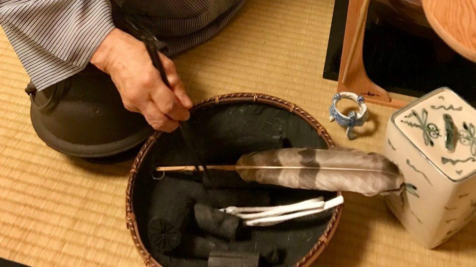 K ohřevu vody se používá kovový kotlík a dřevěné uhlí
