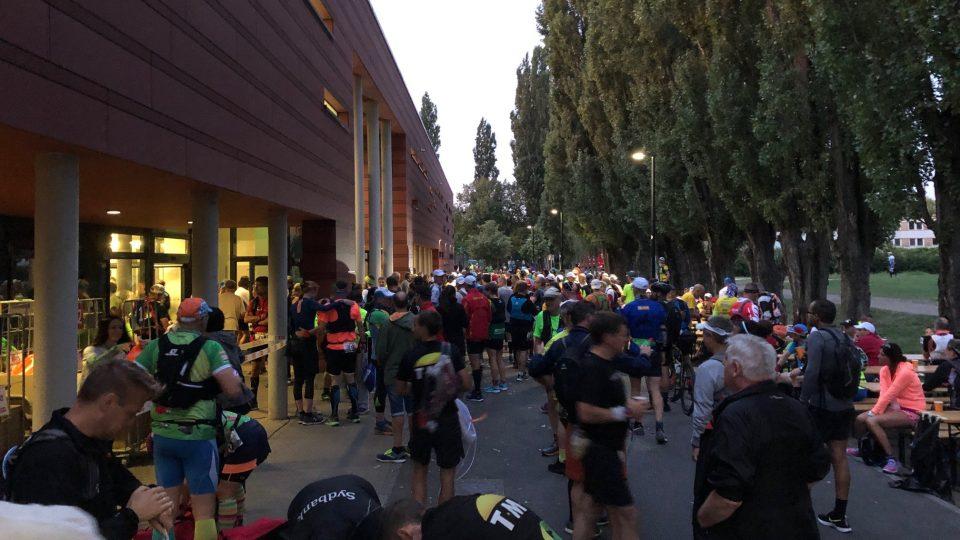 Přesně v 6 hodin ráno se do berlínských ulic vydává více než pět set sportovců